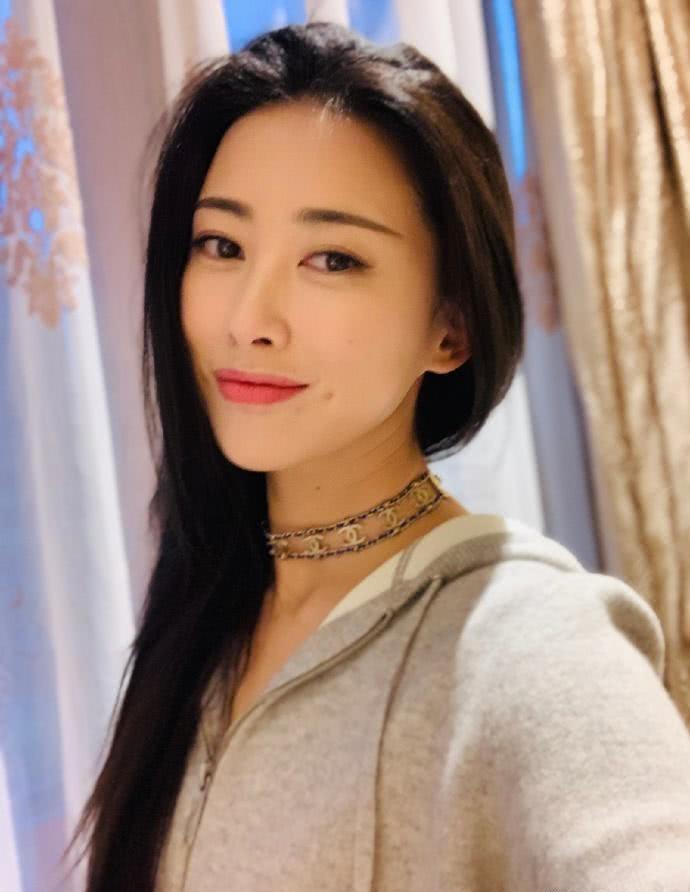 """精英秘书""""栗娜"""":蝉联7年全球最美面孔的朱珠,生活中是什么样儿"""