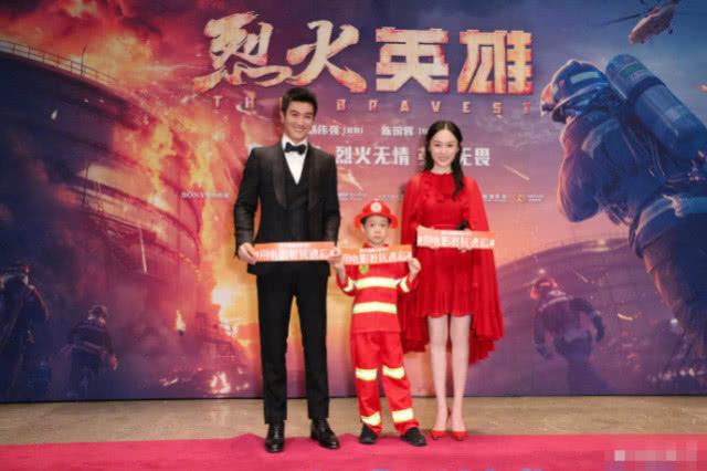 嗯哼化身消防员支持杜江新片,现场表情严肃不是很开心,热衷搞怪