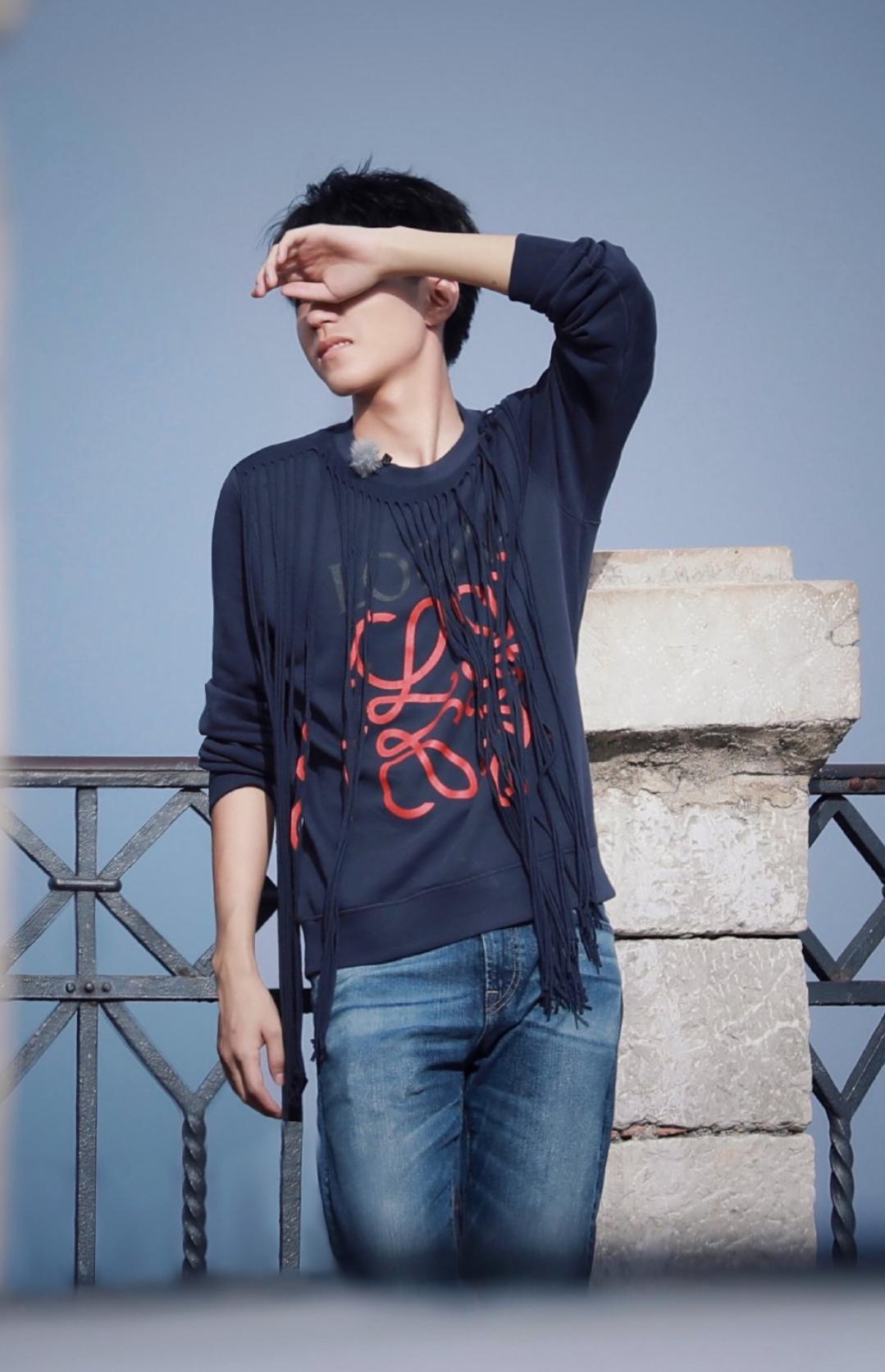 """王俊凯嫌衣服太简单,在上面加了道""""门帘""""后,时髦到不行!"""