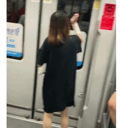 <b>地铁女子疯狂用手机砸门按紧急制动按钮,乘客惊慌,原因让人愤怒</b>
