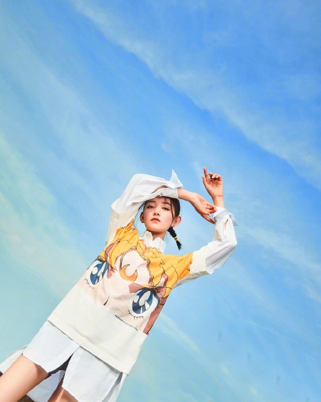 蒋依依也太美了,白色衬衫配美少女战士T恤,一笑秒变俏皮少女