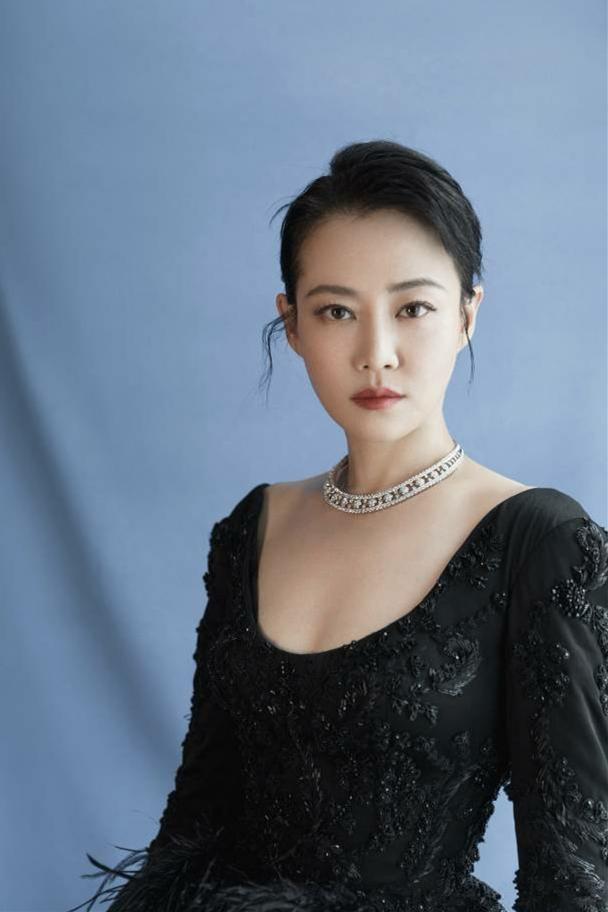 36岁谭卓剪齐刘海扮少女,一袭黄裙清新优雅,把蛇纹踩脚下够霸气