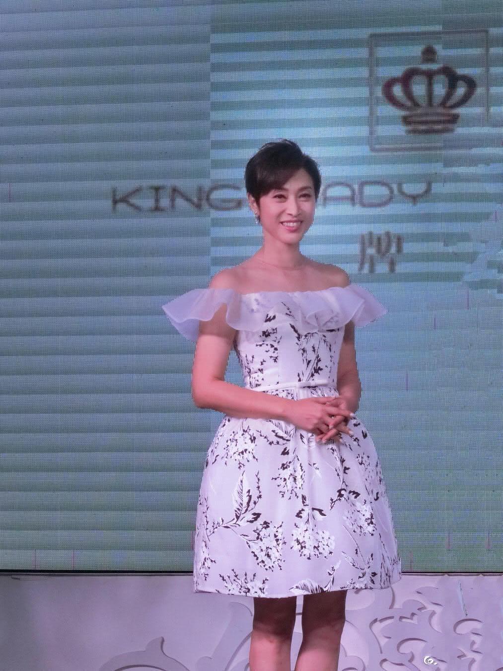 陈法蓉真有52岁身穿印花一字肩连衣裙现活动,超短发好减龄