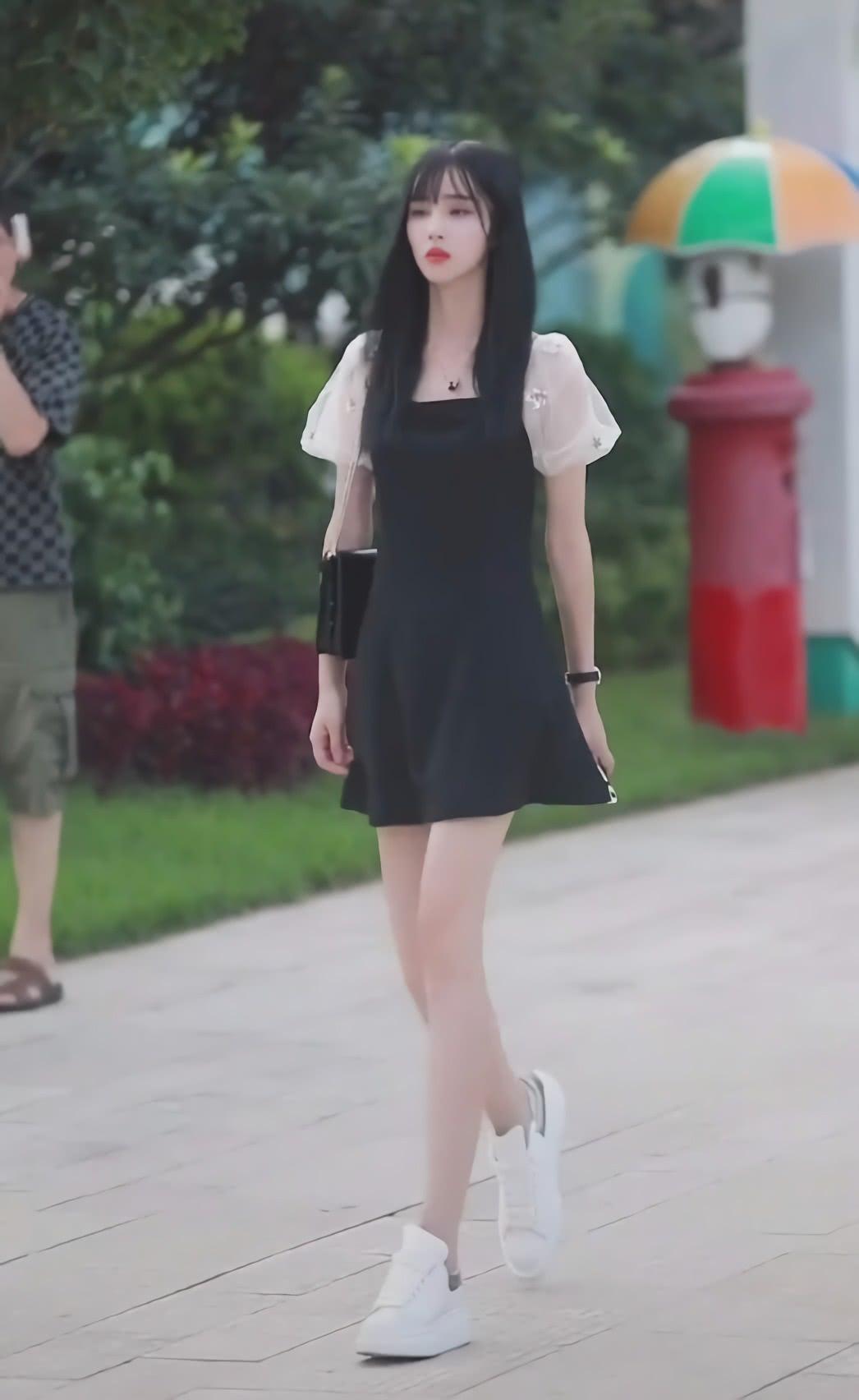 """本以为连衣裙搭高跟鞋才合适,没想到她搭""""厚底白鞋"""",照样显高"""