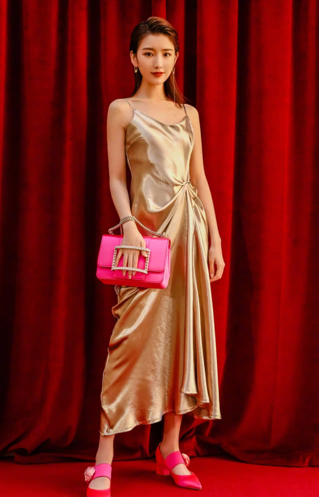 """衬衫裙不受宠了,毛晓彤的""""彩色格纹裙""""更适合上班族,优雅时尚"""