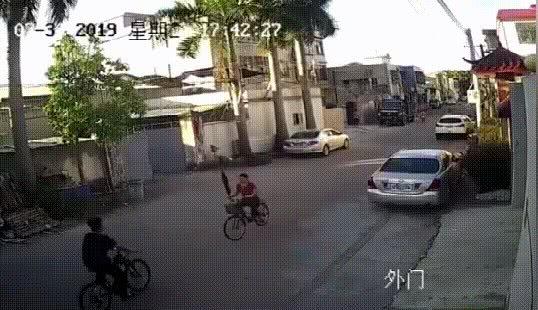 逆行撞人后挥伞就打 网友:自行车版保时捷女司机