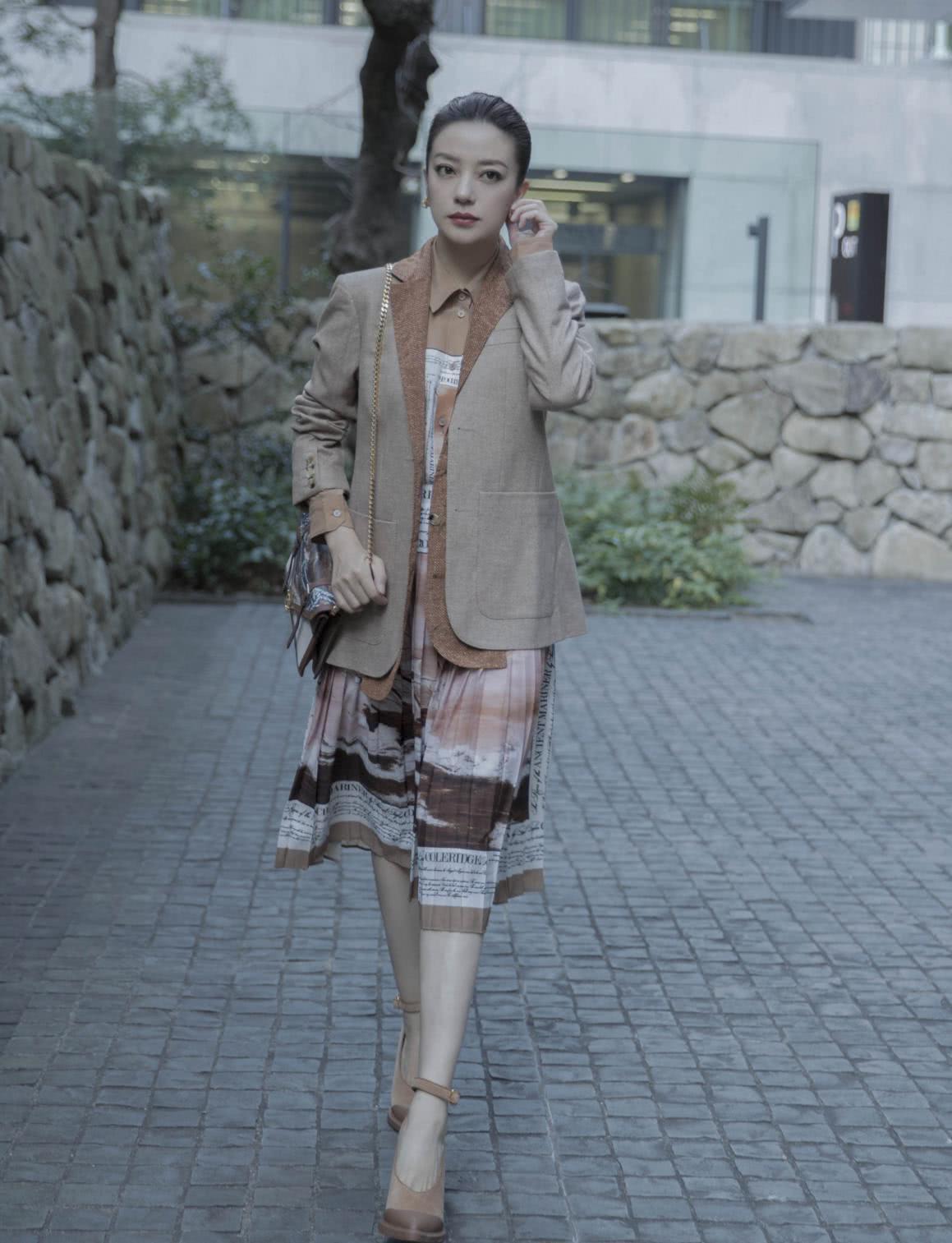 赵薇衣品越来越好,西装+短裙大秀筷子腿,时髦大气精英范十足