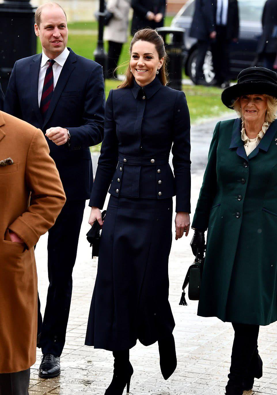 <b>凯特王妃老得太快让人心疼!穿深蓝套装没了曲线感,太显干瘪啦</b>