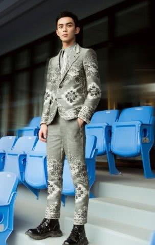 <b>吴磊的这身打扮,霸道总裁既视感,粉丝:妈妈终于等到你长大了!</b>
