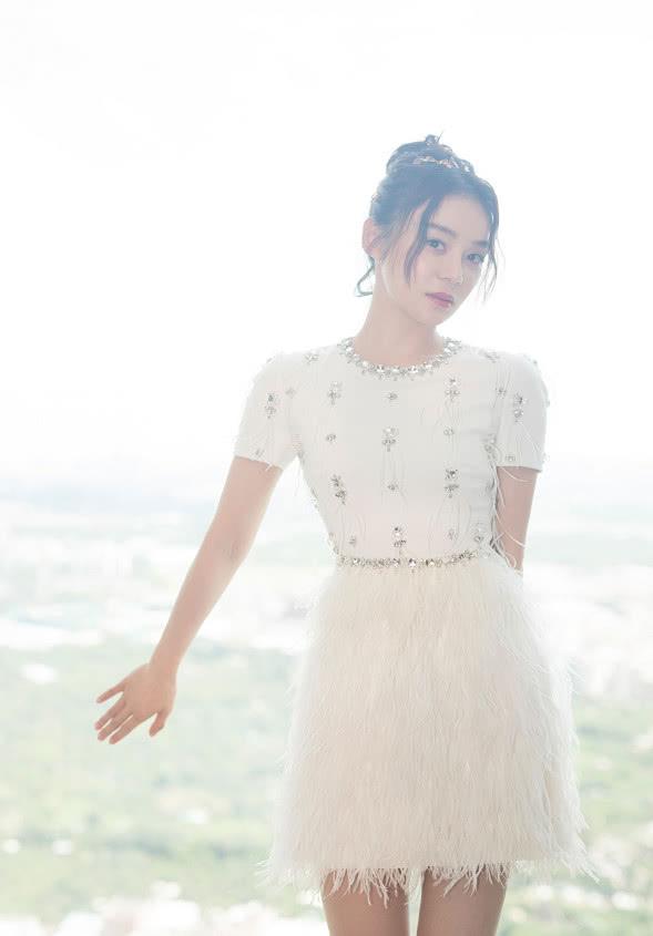 袁姗姗穿白色水晶仙女裙亮相活动,充满女性魅力,清爽又浪漫!