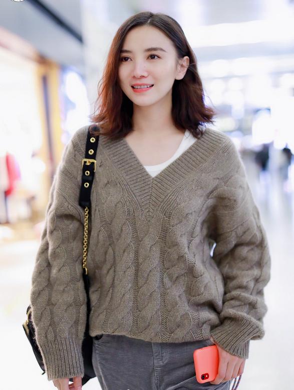 宋佳穿灰色毛衣内搭白T,笑容灿烂星范十足,穿搭时尚满分!