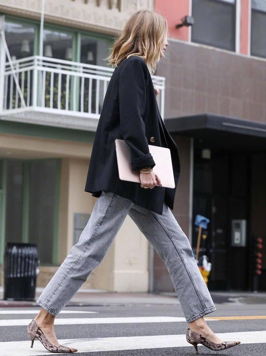 <b>春季牛仔裤的时髦穿搭法,显瘦又高级,女神范儿十足</b>