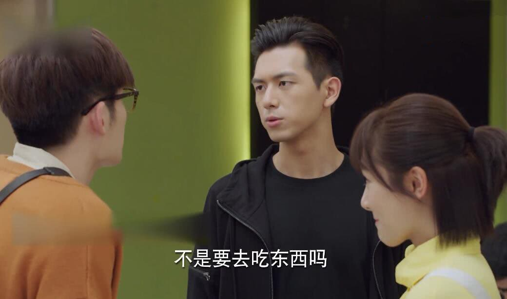 韩商言第二次见郑辉,当郑辉把手放在佟年肩膀时,韩商言满眼醋意