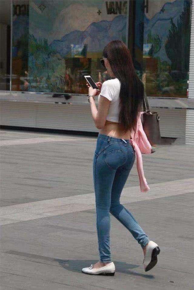 牛仔裤简单搭配一款紧身的上衣就很舒适,突显身材与气质!