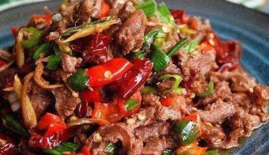 爆炒牛肉最简单的一种做法,一分钟就能出锅,牛肉鲜嫩又多汁