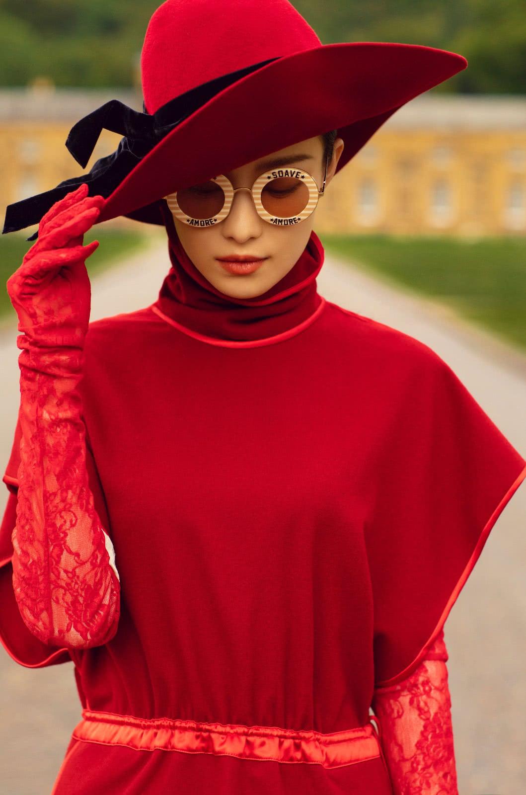 """倪妮变""""名媛贵妇"""",穿红色高领裙戴圆礼帽,优雅大气明艳动人"""