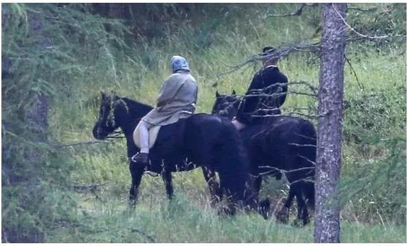 能耐风雨和寒霜,93岁英国女王精力充沛度假骑大马