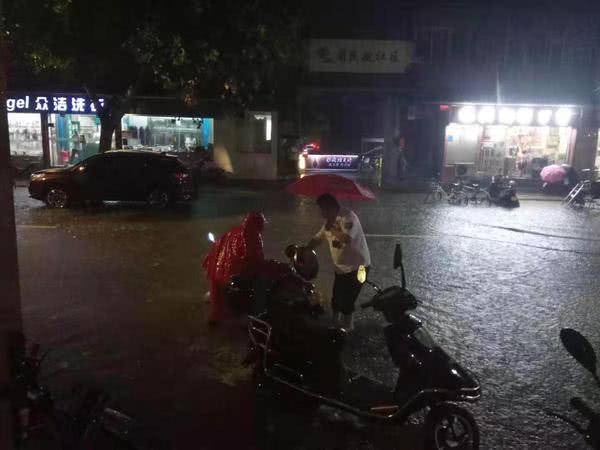 郑州风雨中,他们在坚守