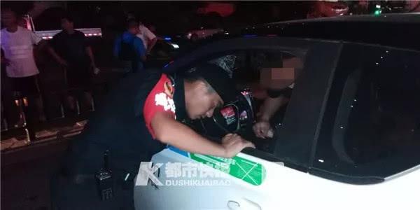 """<b>""""快来救我!""""杭州一辆共享电动汽车突然没电,男子半躺在驾驶室</b>"""