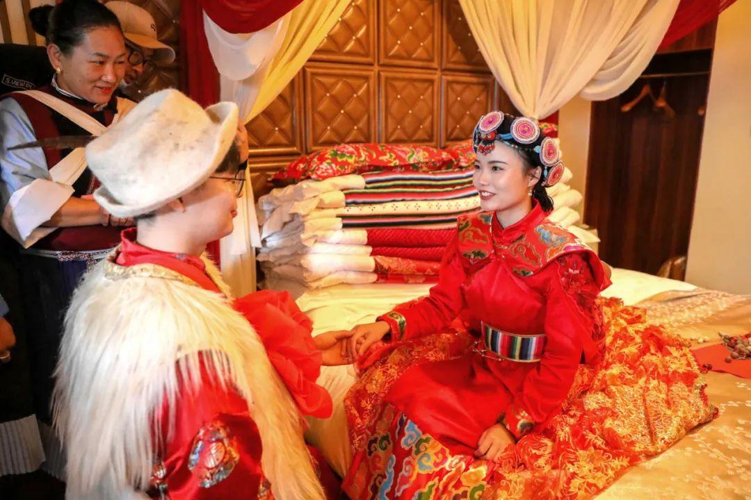「给新郎新娘的歌」今天丽江古城这场婚礼太震撼!新娘是广东援鄂护士……