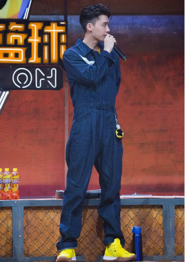 穿上工装连体裤的李易峰,既活泼又减龄,少年感十足!