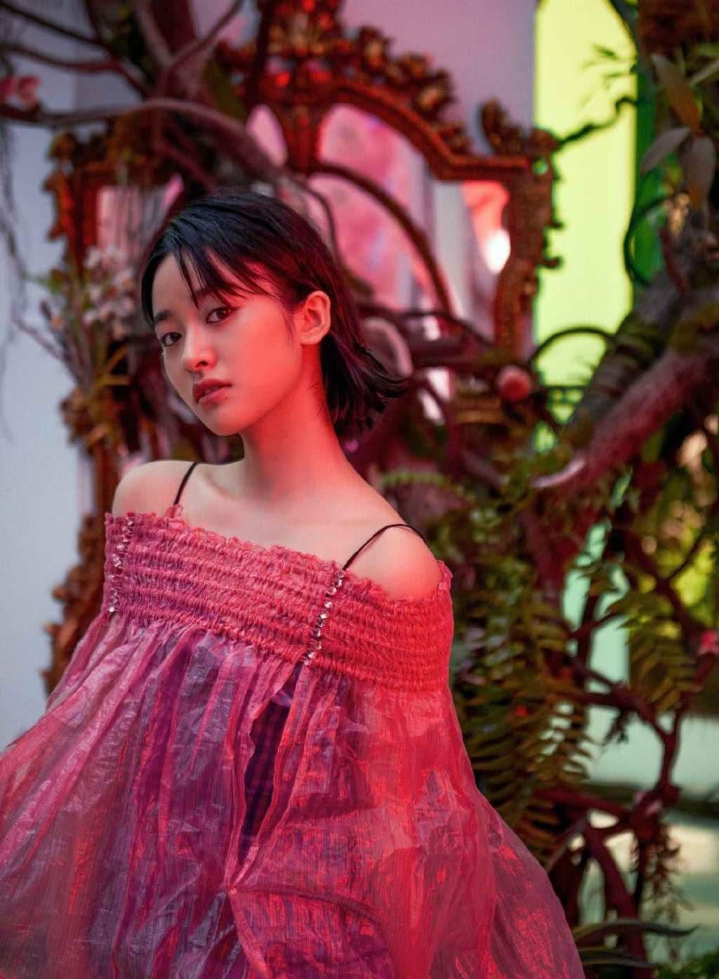 沈月真好看,红色塑料罩衫配格子吊带裙,肩膀虽壮却难挡精灵气质