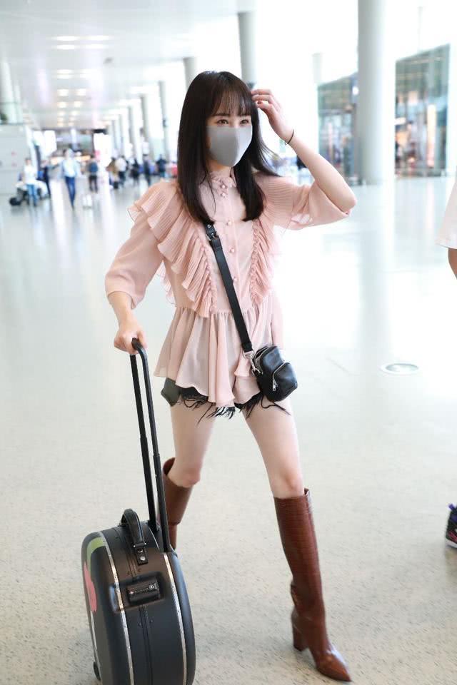 郑爽衣品大爆发!和男友拉情侣箱现身机场,穿高筒靴大长腿逆天了