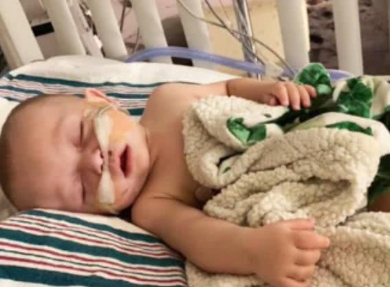 孩子被亲戚亲吻后感染病毒差点身亡,不得不靠呼吸机维持生命