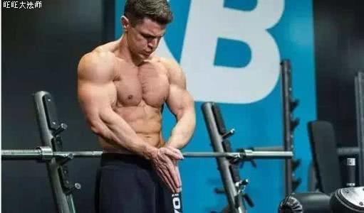 卧推100公斤,才能看出胸肌规模,教你4招,提高卧推力量
