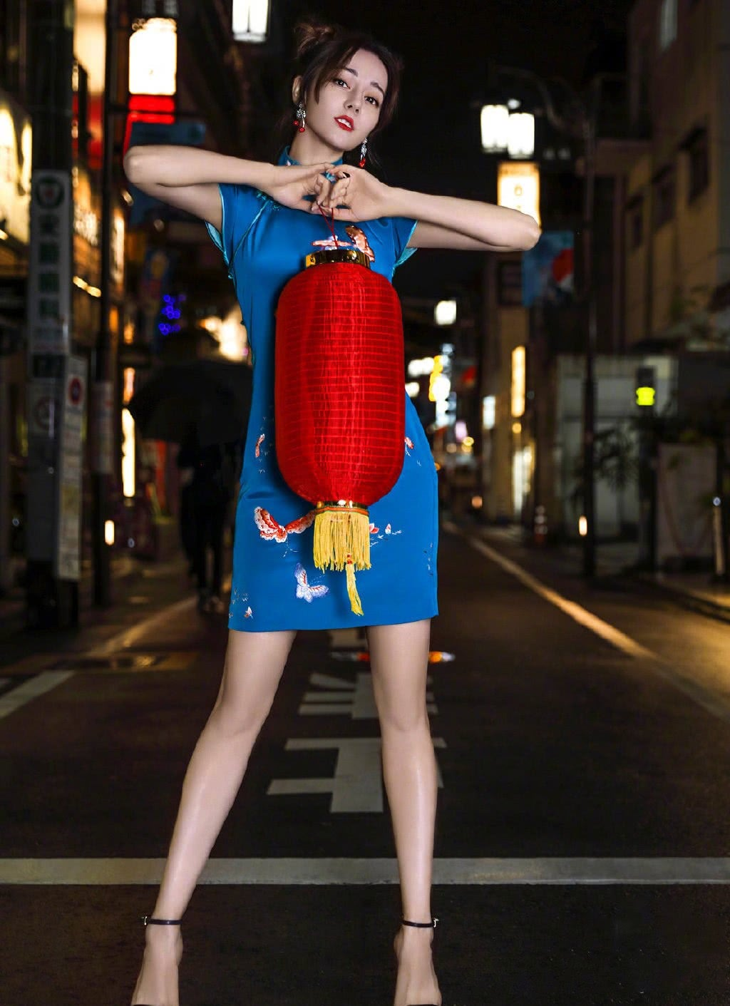 女星旗袍造型比美,迪丽热巴宝蓝色元气活力,佟丽娅白色素雅精致