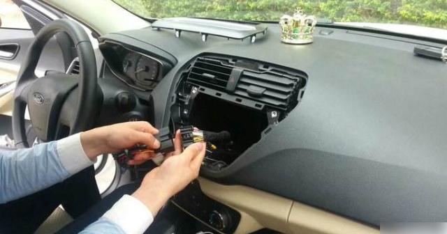 <b>私家车加装行车记录仪被扣12分!车主大喊憋屈:有这条交规吗?</b>