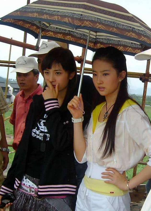 10年前刘亦菲给打伞的小演员,如今跟她平起平坐,成为一线女星