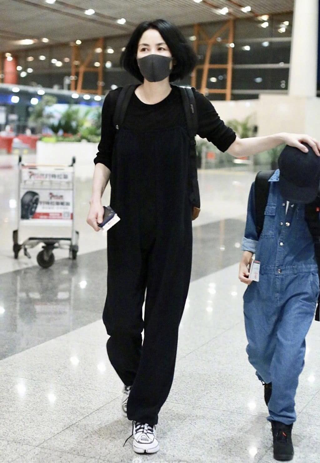 王菲穿低调现身机场,一身简装难掩巨星范儿,无名指戒指抢镜!
