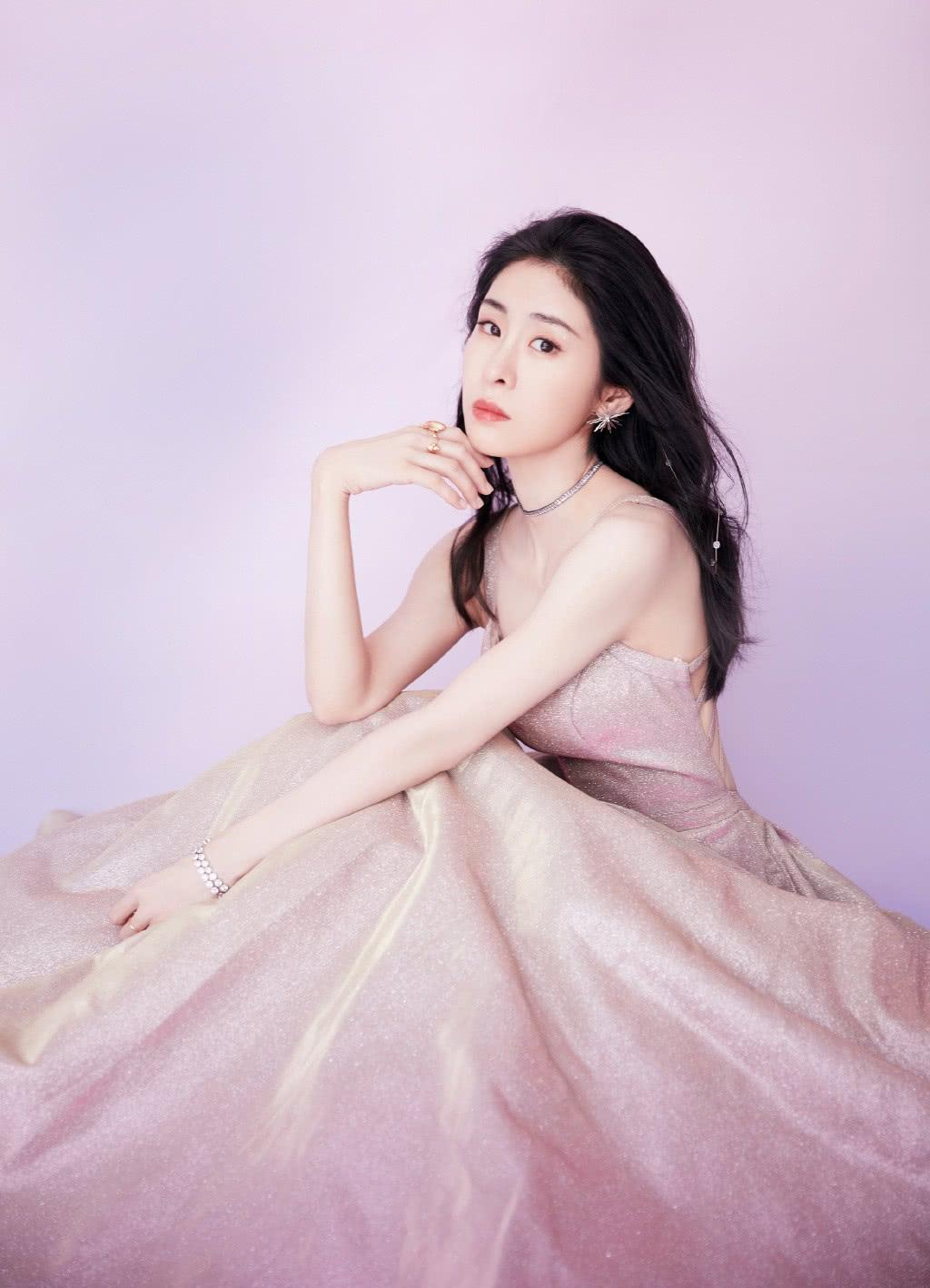 她是最出名的《好声音》冠军,一袭粉色露背裙亮相,性感不失优雅