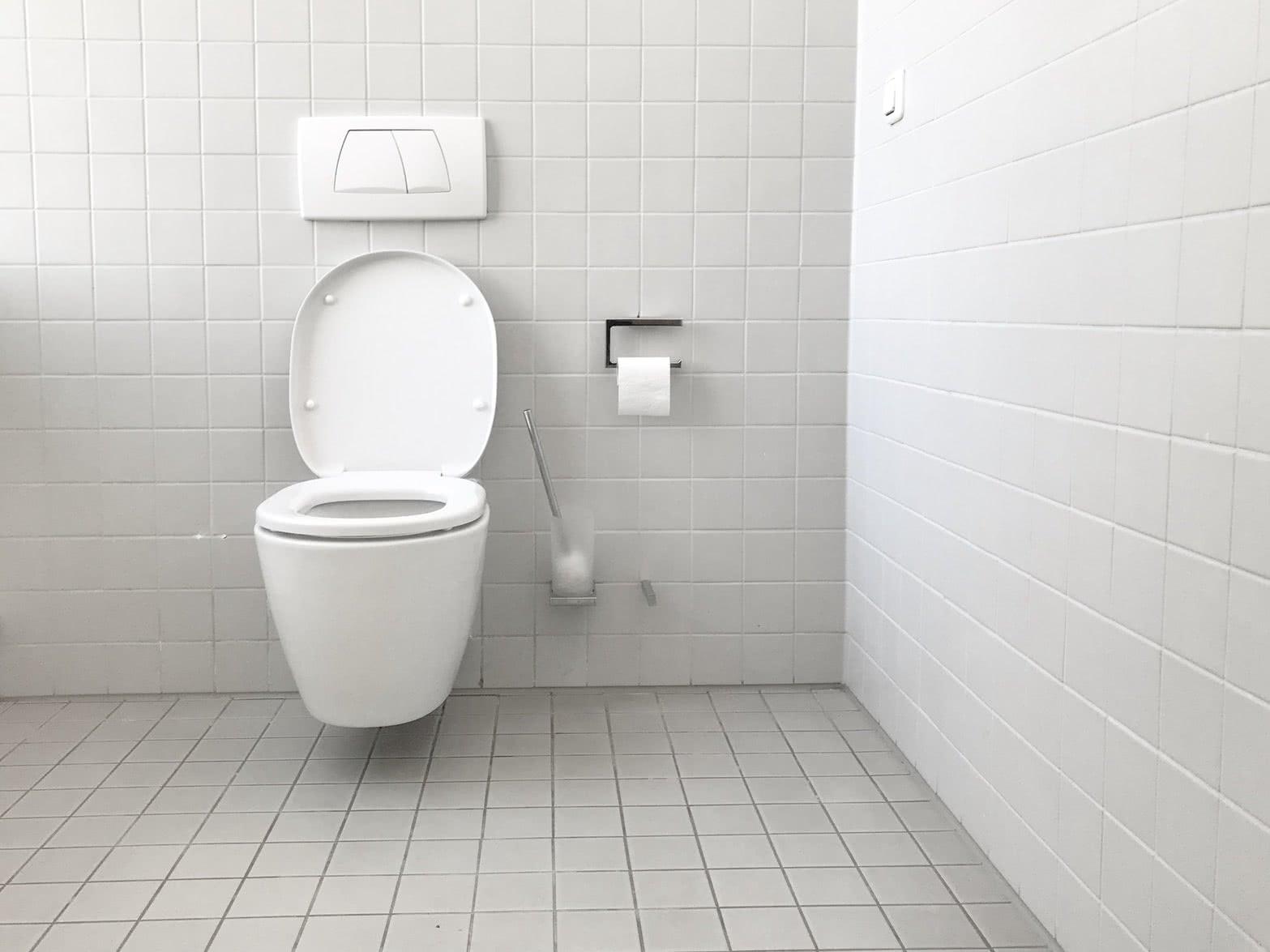 男子如厕感到臀部黏黏糊糊,定睛一看让他大惊失色!