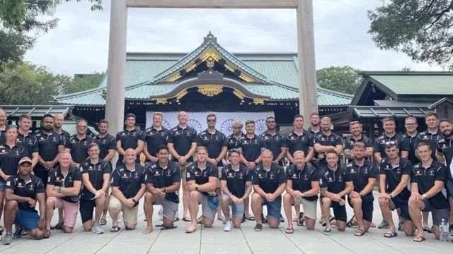 二战时死的不够惨一支英国现役军队面带微笑,参拜日本靖国神社