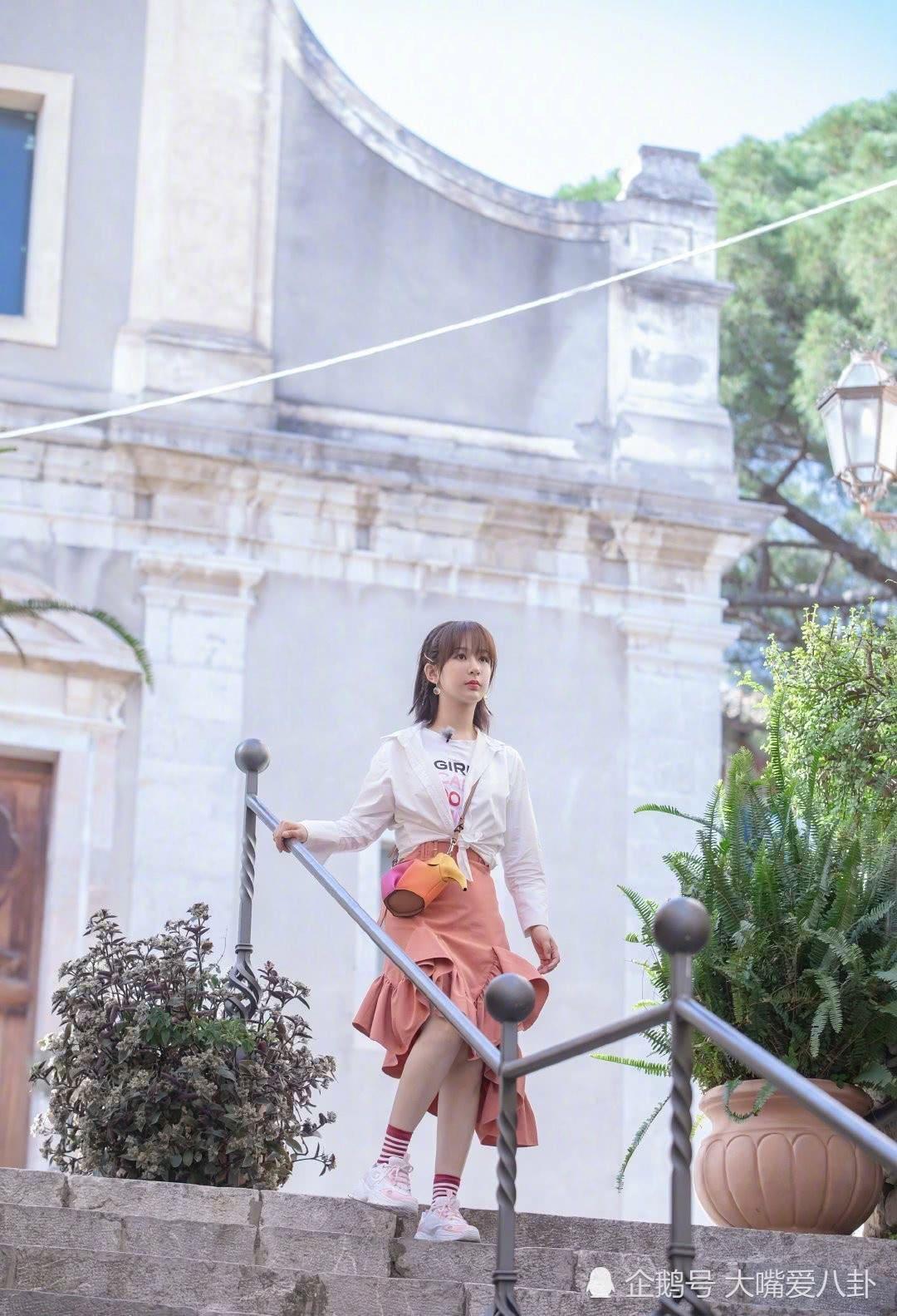 杨紫初秋少女穿搭,衬衫搭配荷叶边半裙,简直不要太好看!