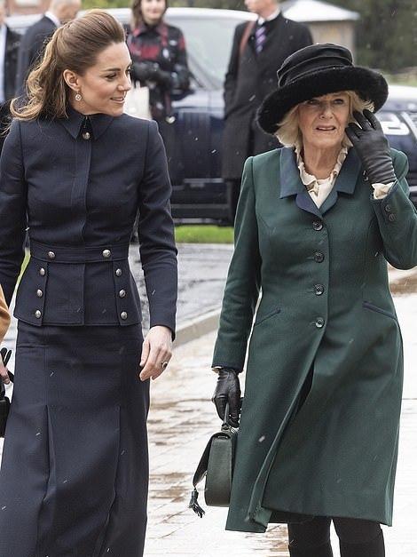 <b>凯特穿纽扣套装太瘦了!浓妆盖不住沧桑,卡米拉穿绿色大衣好高调</b>