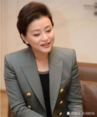 网友偶遇央视主持人杨澜,51岁的她知性优雅依然年轻
