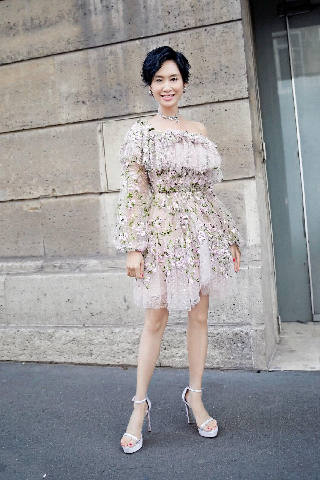 47岁朱茵现时装周,身穿裸粉色连衣裙搭配高跟鞋,满满仙女气质