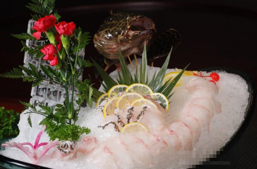 在高级餐厅吃龙虾,服务员为何先上柠檬水?直接喝就丢人了!