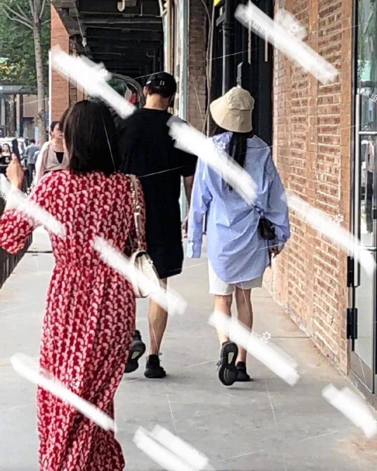 网友偶遇魏大勋与女子逛街,情侣鞋显眼,看女生腿上胎记疑似杨幂