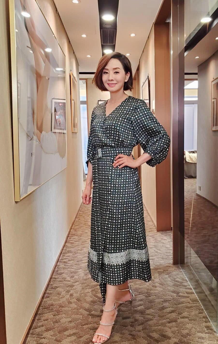 60岁毛舜筠越来越美了,一袭波点衬衫裙配波波头,优雅又迷人