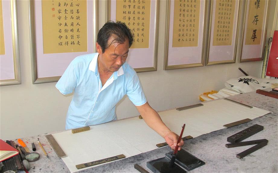 独臂农民练35年左书,字体收录中华字库,专家:太僵硬没艺术性