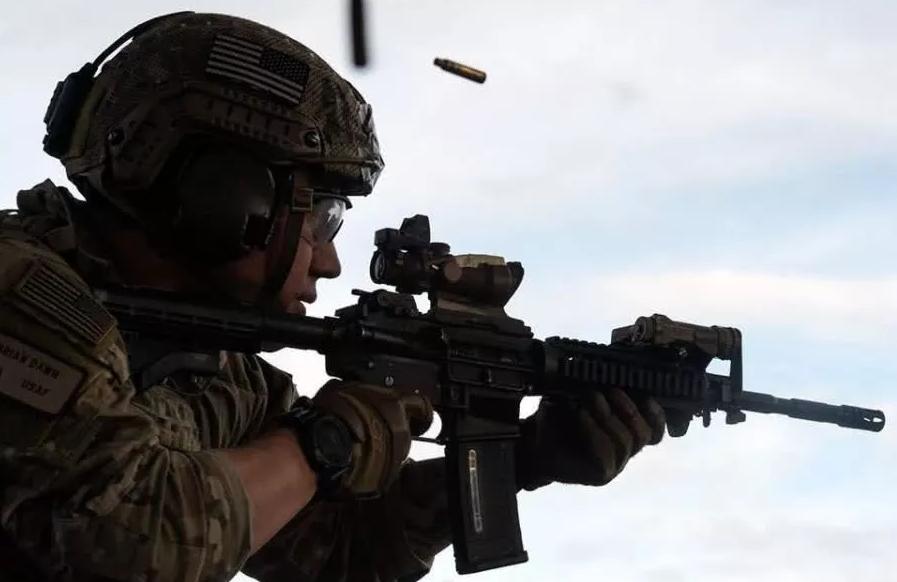 打仗时军人为什么要戴耳机?可以听到什么?专家:不戴就没命了