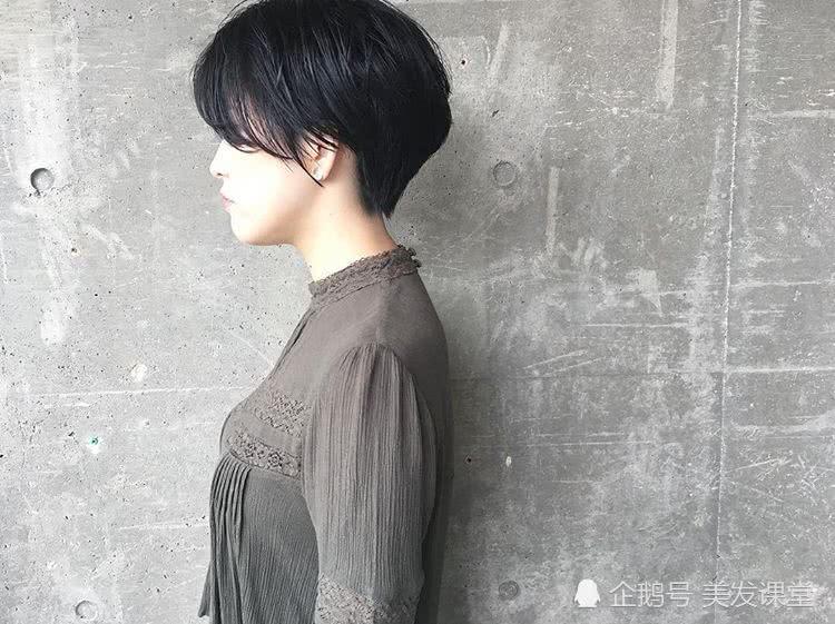剪短发,记得选露出耳朵的发型,简约又时尚