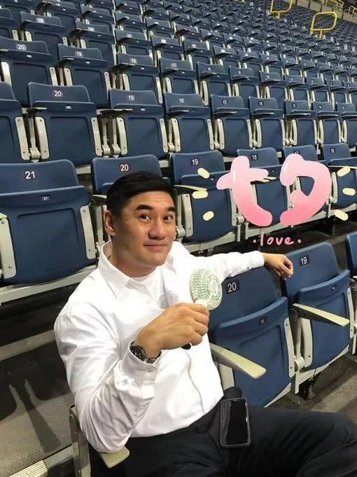52岁最帅主持人自曝一年前闪婚 老婆是台湾人 渴望生小孩