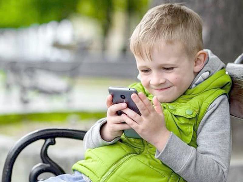 如果父母能放下手机,不在孩子面前玩,孩子就不容易沉迷于玩手机