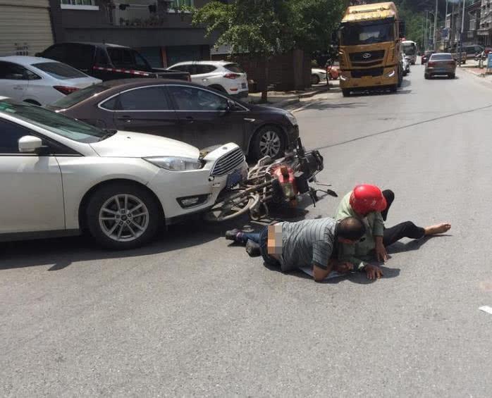小轿车和摩托车发生碰撞 现场有两人倒地