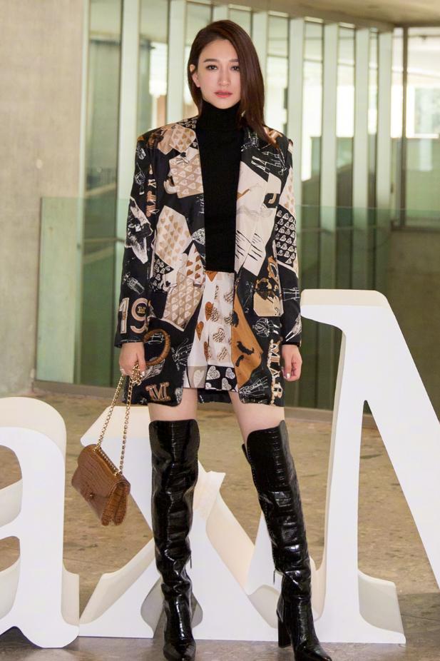 穿着印花外套搭配漆皮长靴,干练摩登的李小冉,状态极佳!
